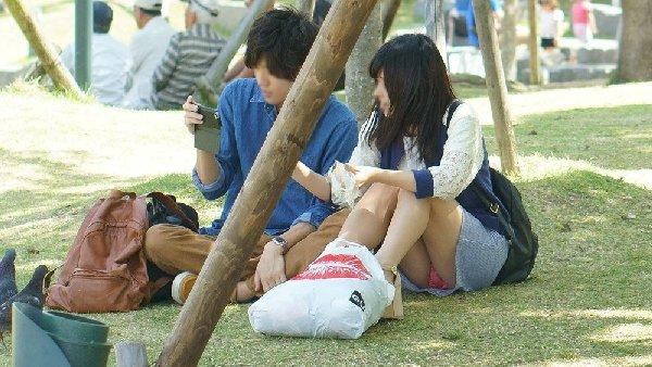良い天気なので公園で座ると下着丸見え (15)
