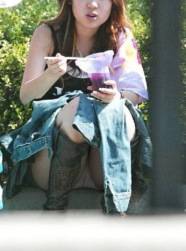 良い天気なので公園で座ると下着丸見え (19)