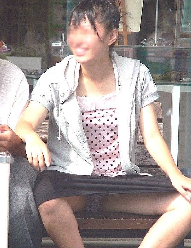 良い天気なので公園で座ると下着丸見え (4)