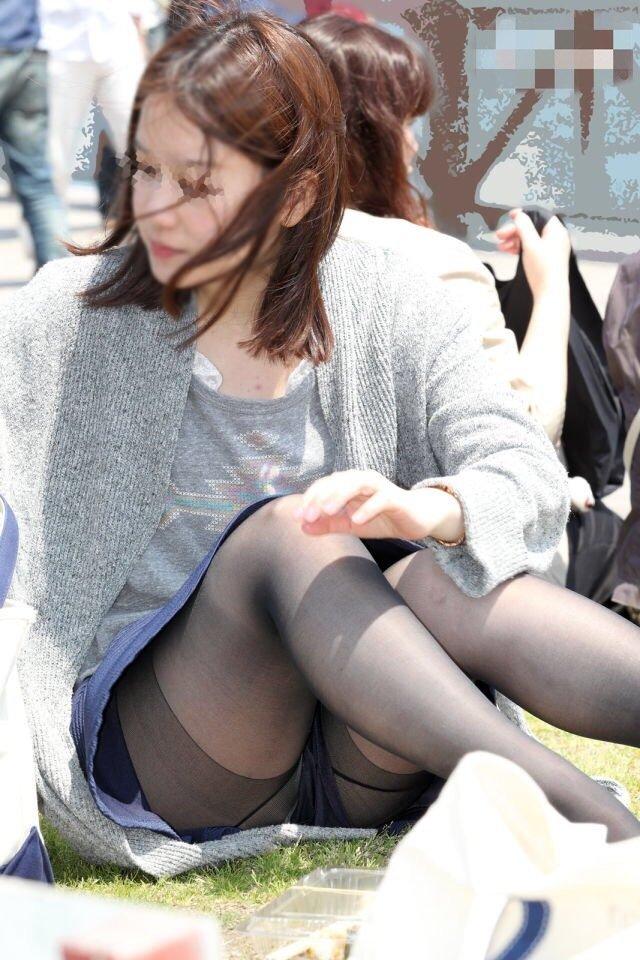 良い天気なので公園で座ると下着丸見え (9)