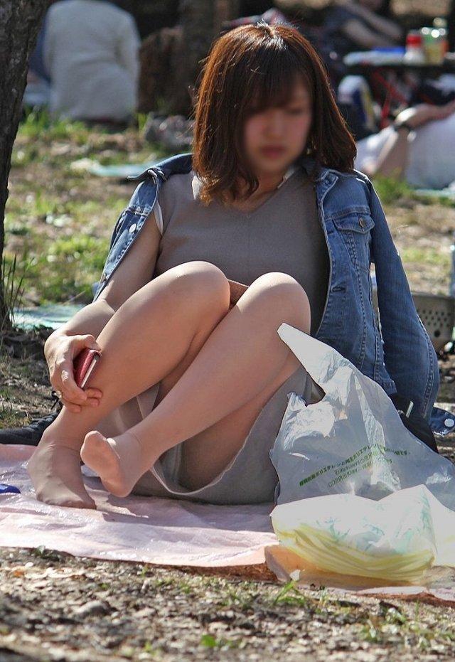 良い天気なので公園で座ると下着丸見え (12)