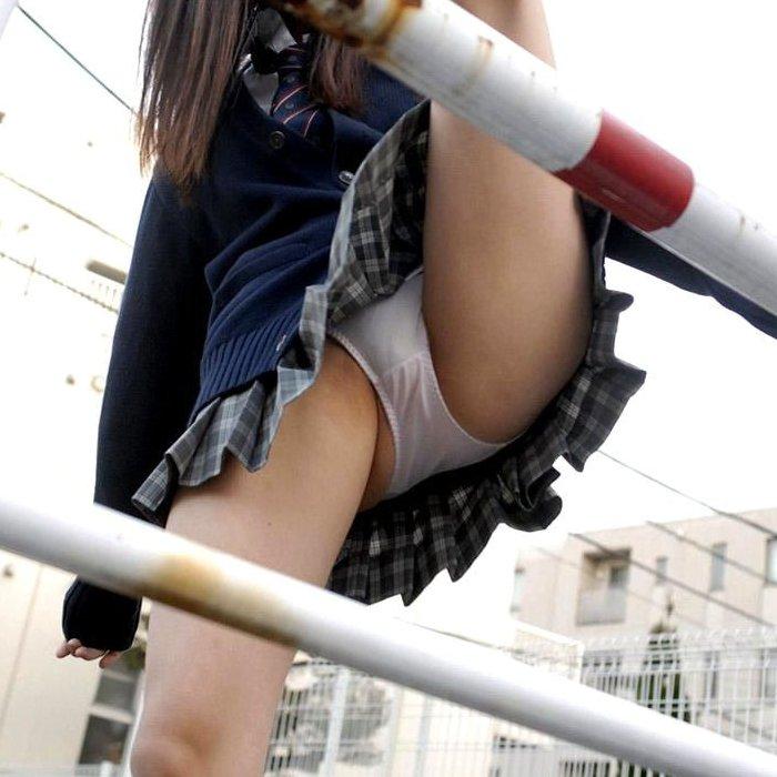 【H,エロ画像】スカートで跨ぐ瞬間の動きのあるパンチラ画像www ほか