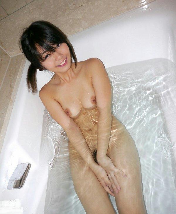お風呂に入る全裸の女の子 (17)