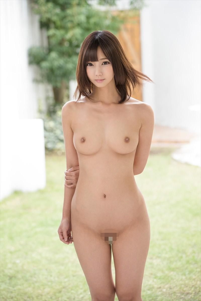 吸い付きたくなる綺麗な乳房 (19)