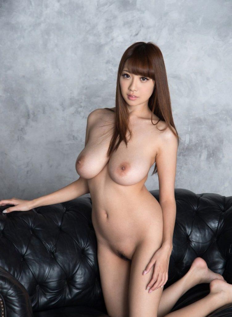 デカくて整った乳房がエロい全裸姿 (2)