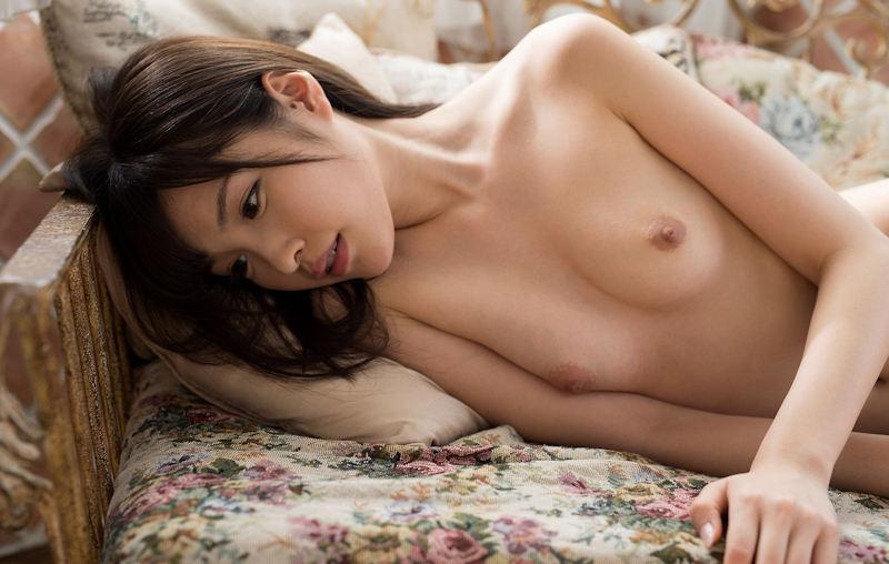 小さな乳房でも可愛くて美乳 (11)