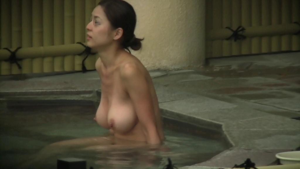 デカい乳房が目立っている露天風呂の女の子 (14)