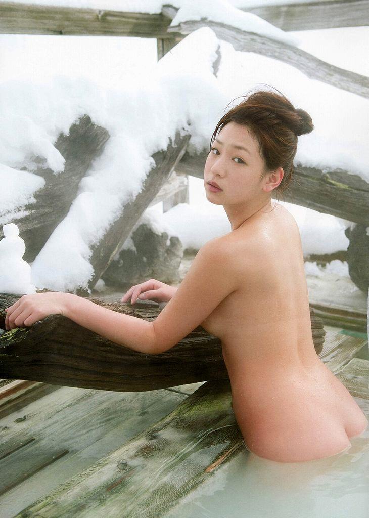 露天風呂で素っ裸になる女の子 (15)