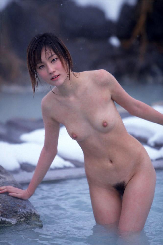 露天風呂で素っ裸になる女の子 (16)