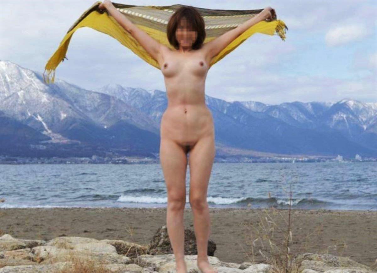 屋外で服を脱いで裸になっちゃった女の子 (3)