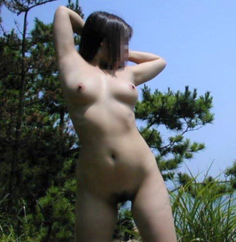 屋外で服を脱いで裸になっちゃった女の子 (1)
