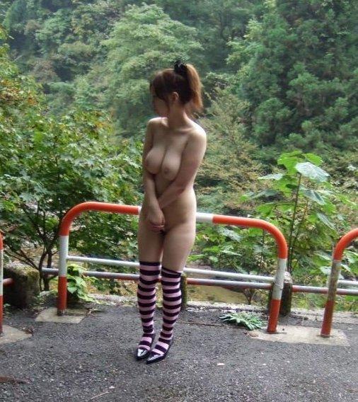 屋外で服を脱いで裸になっちゃった女の子 (16)