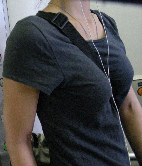 デカい乳房にカバンのベルトが食い込んでる女の子 (8)