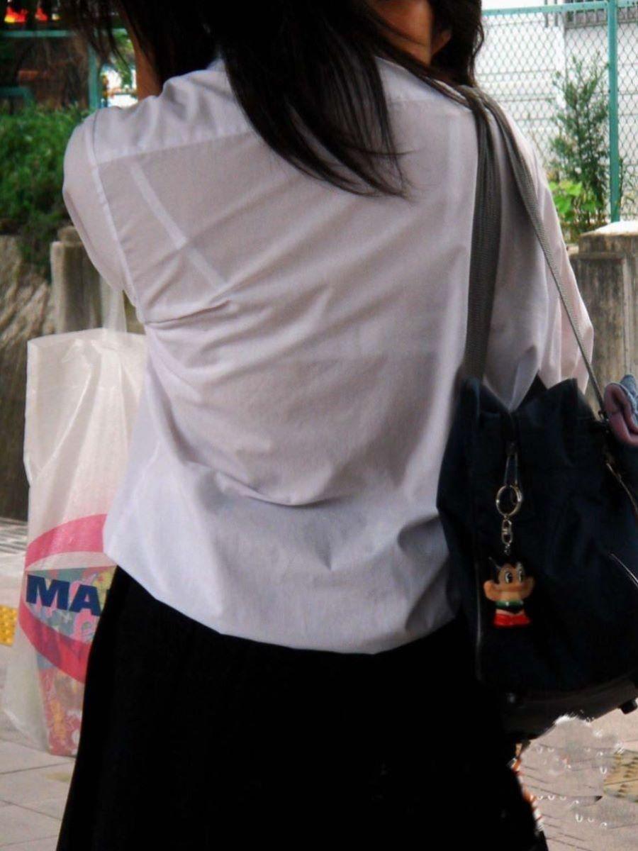 背中から下着が透けている女の子 (10)