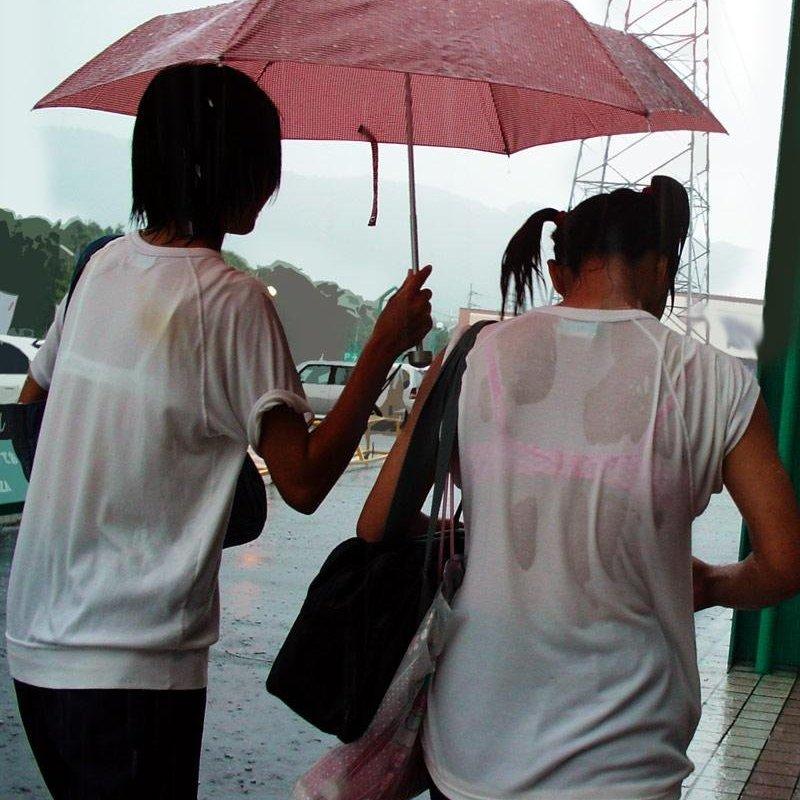 【H,エロ画像】(透けブラ今時女子校生えろ画像)雨でズブ濡れになり、ブラがセイフクから透けまくってる