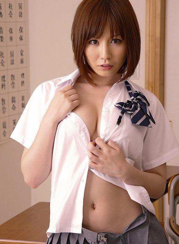 女子高生がオッパイや尻を出して着替え中 (4)