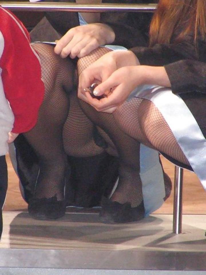 スカートの中から下着がモロ見えになってる (6)