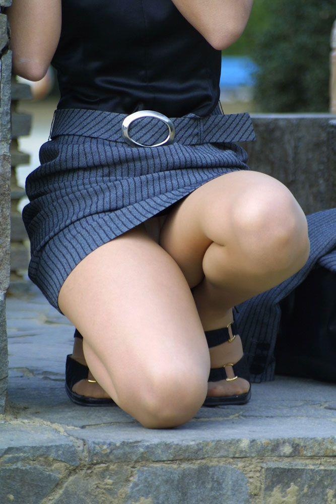 スカートの中から下着がモロ見えになってる (3)