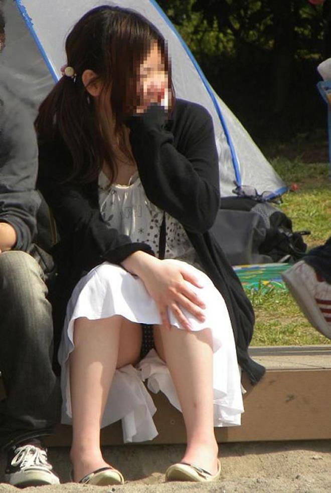 スカートの中から下着がモロ見えになってる (2)