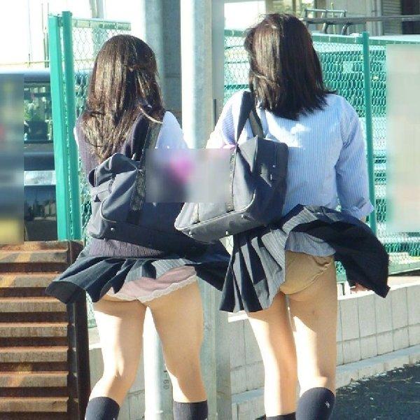 スカートが風で捲れて下着が丸見え (3)