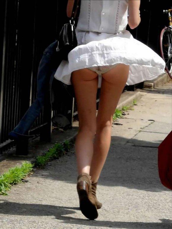 スカートが風で捲れて下着が丸見え (16)