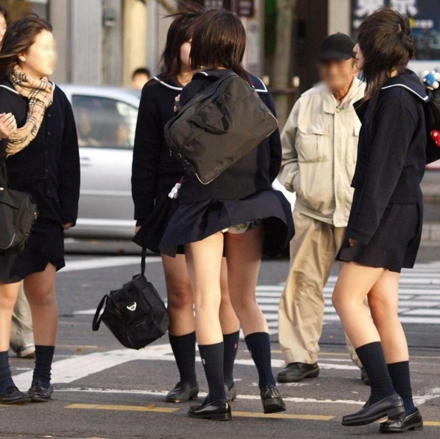 スカートが風で捲れて下着が丸見え (7)