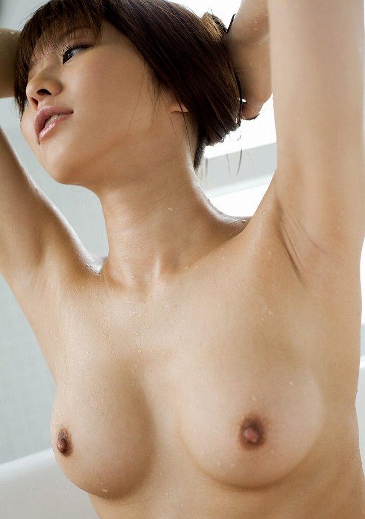 脇の下と乳房を露出している女の子 (20)