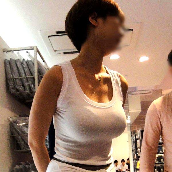 デカい乳房が隠しきれない素人さん (1)