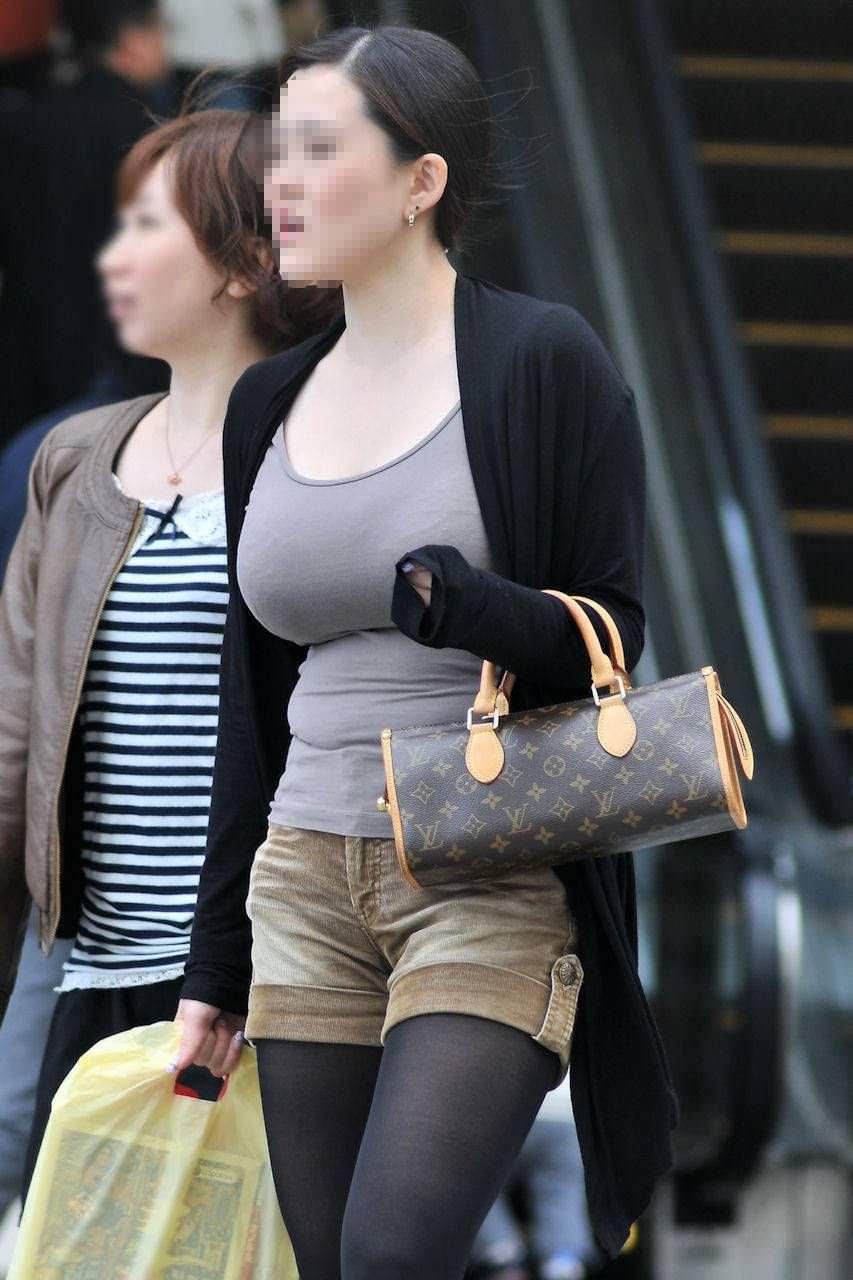 デカい乳房が隠しきれない素人さん (17)