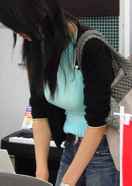 デカすぎる乳房が服を着ても丸分かり (11)
