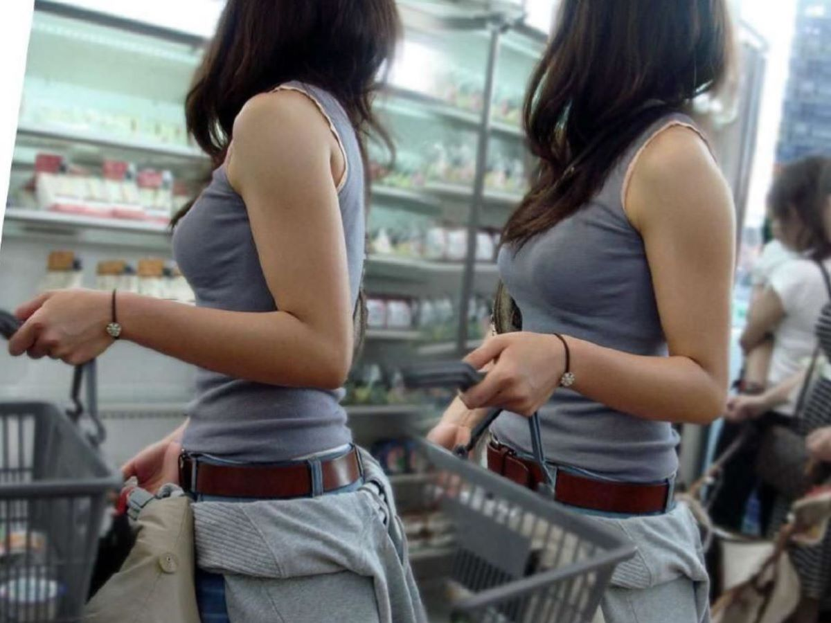 デカすぎる乳房が服を着ても丸分かり (19)