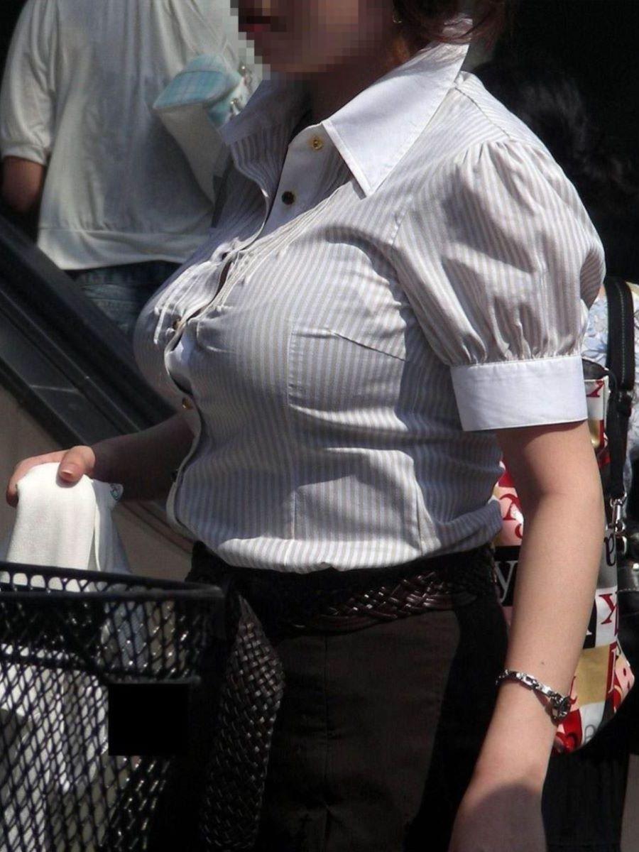 デカすぎる乳房が服を着ても丸分かり (8)