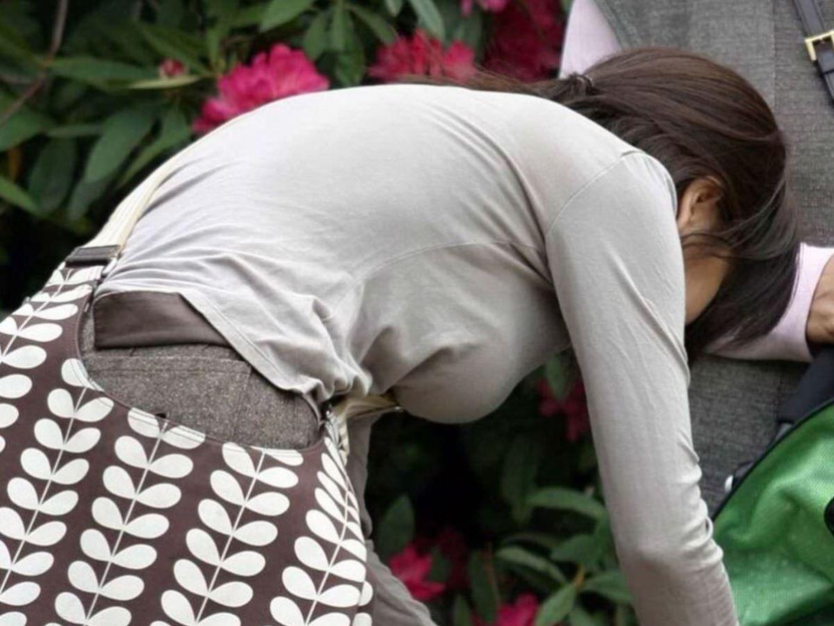 デカすぎる乳房が服を着ても丸分かり (5)
