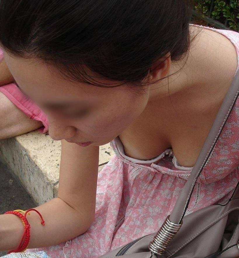 乳頭がチラチラ見え隠れしているのを発見 (17)