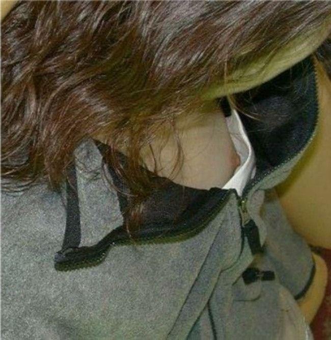 乳頭がチラチラ見え隠れしているのを発見 (7)