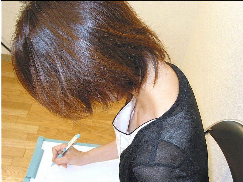 乳頭がチラチラ見え隠れしているのを発見 (13)