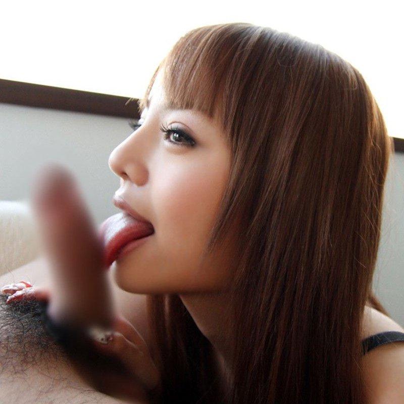 美味しそうに舐めたり吸ったりするフェラ女性 (1)