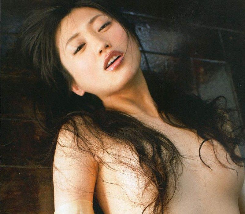 グラドルの乳首が見えそうなギリギリヌード (17)
