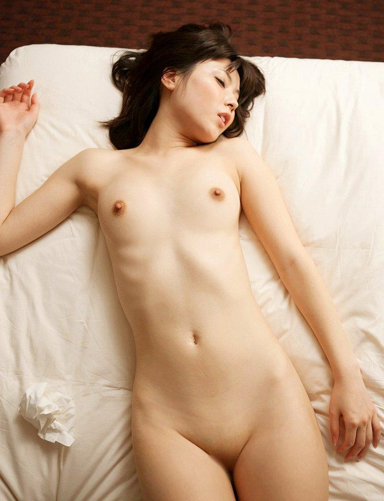 ベッドの上に寝転がっている素っ裸の女の子 (16)