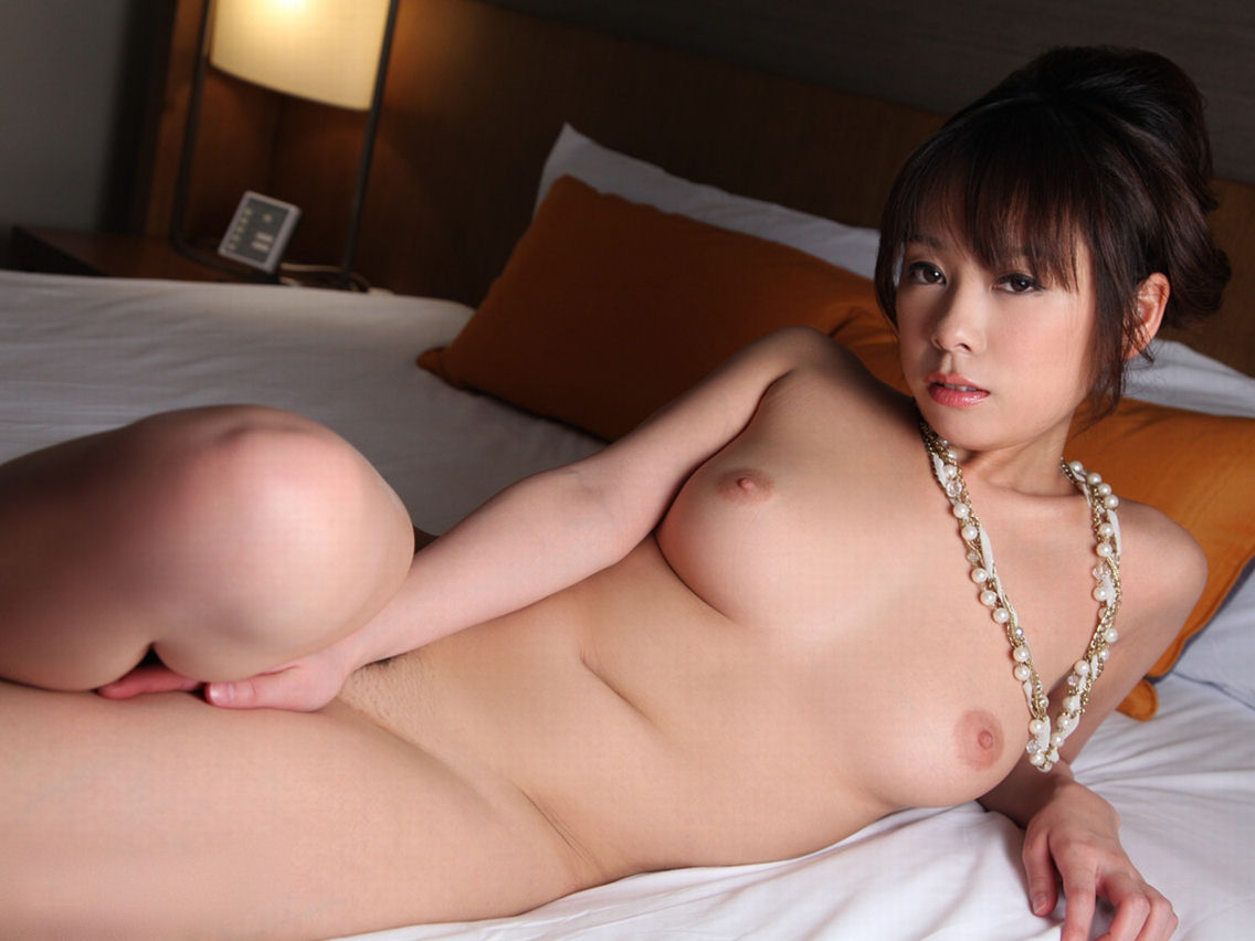 ベッドの上に寝転がっている素っ裸の女の子 (2)