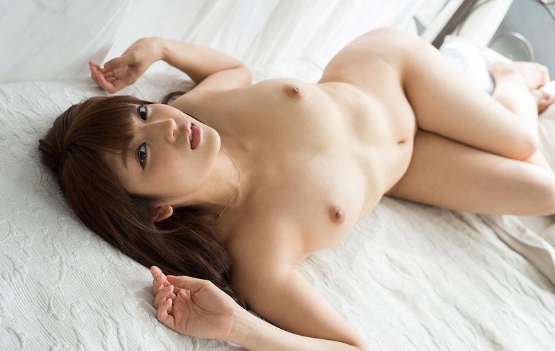 ベッドの上に寝転がっている素っ裸の女の子 (4)