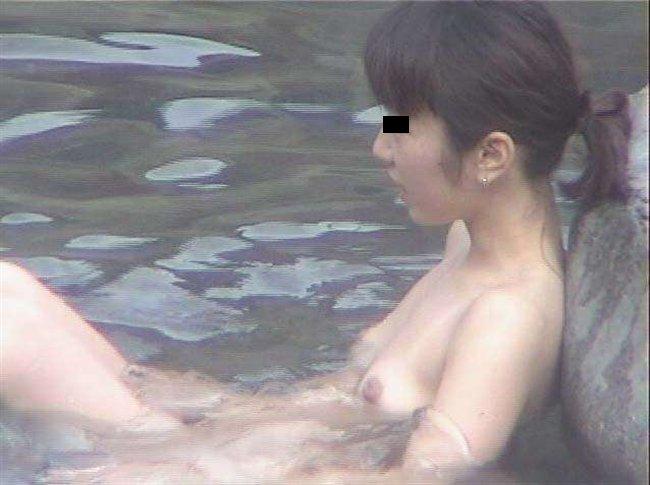 素っ裸で露天風呂に入浴してる女性 (2)