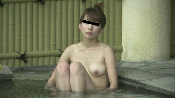 素っ裸で露天風呂に入浴してる女性 (8)