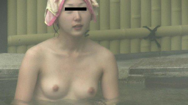 素っ裸で露天風呂に入浴してる女性 (6)