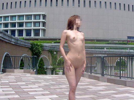 通行人の目の前で全裸になる素人さん (6)