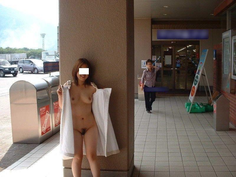 通行人の目の前で全裸になる素人さん (10)