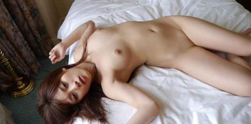 股間の陰毛を全部剃ってツルツルにしている女の子 (13)