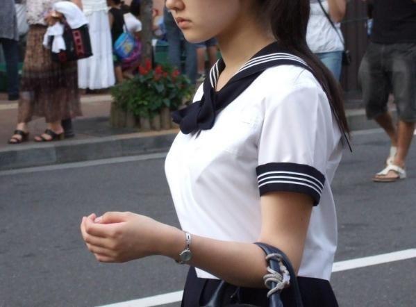 デカい乳房を揺らしながら歩く素人さん (13)