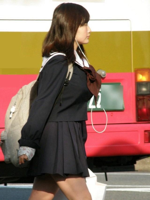 デカい乳房を揺らしながら歩く素人さん (5)