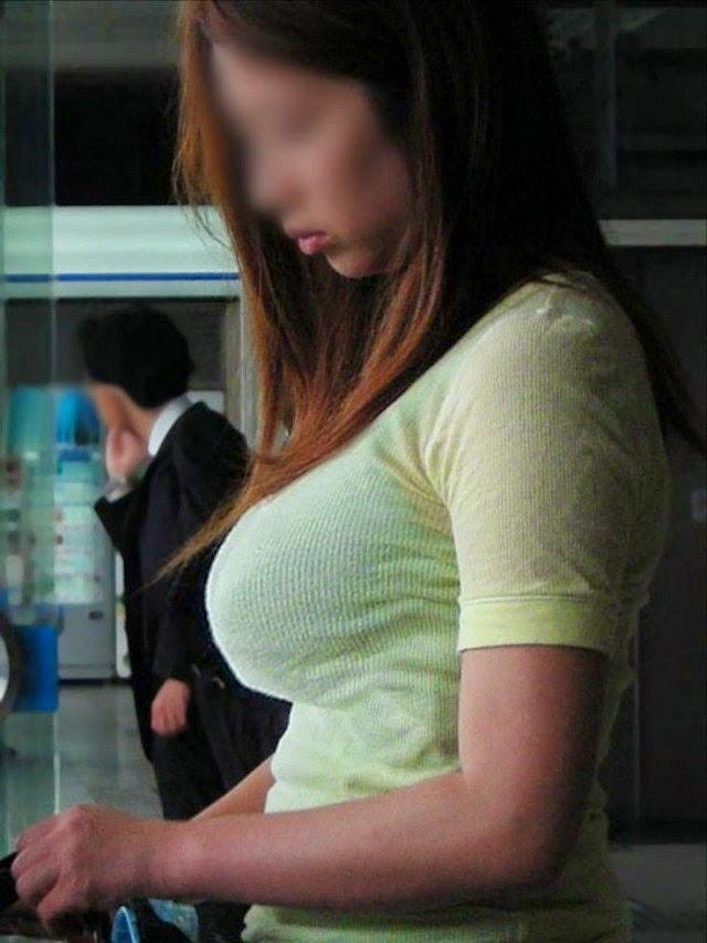 デカい乳房を揺らしながら歩く素人さん (12)